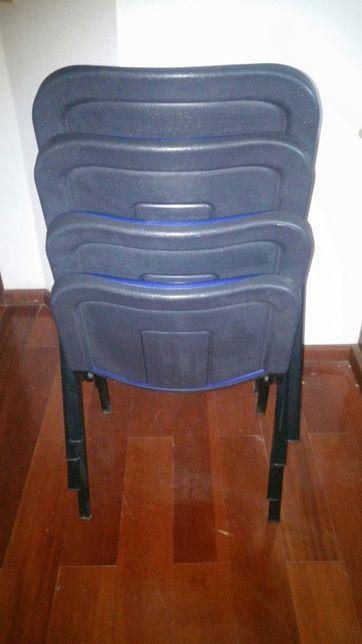 Cadeira em napa azul.
