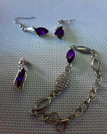 Zestaw biżuterii w kolorze fioletowym.