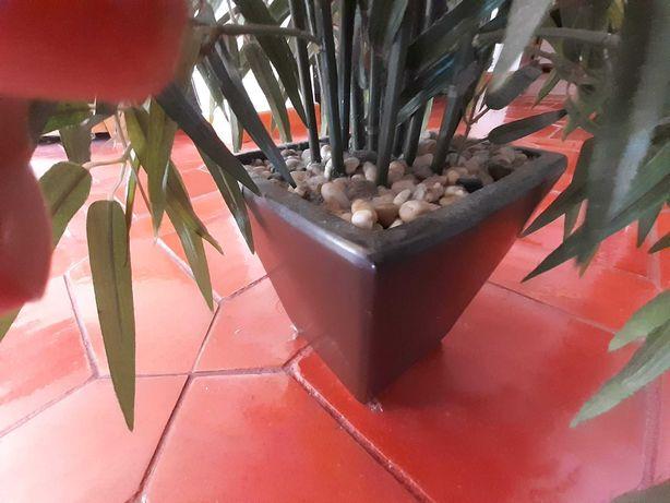 Planta artificial de 60cms altura, em vaso cerâmica castanho escuro