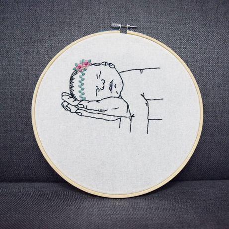 Tamborek z ręcznie haftowanym niemowlakiem