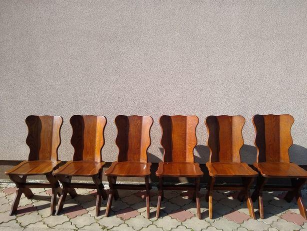 Krzesła dębowe pięć sztuk.