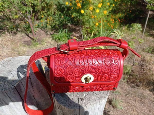 Кожаная сумочка с термотиснением.