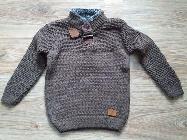 Sweterek chłopięcy w rozmiarze 98