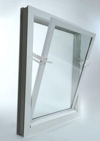 Okno inwentarski z PCV z moskitierą ramową