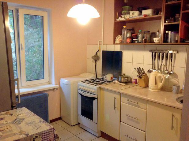 Продам хорошую квартиру в кирпичном доме возле метро Голосеевская.