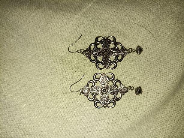 Kolczyki koloru srebrnego