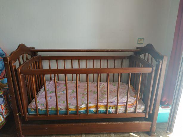 Ліжко дитяче на шарнірах, колишеться.
