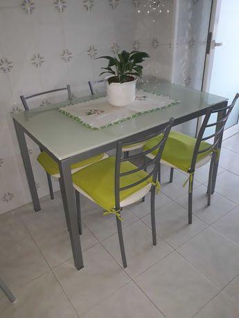 Mesa de cozinha com vidro laminado com 4 cadeira