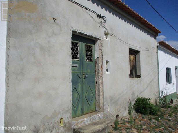 Moradia de 2 quartos, à beira da Nacional 2 (N2), em pitoresca vila al