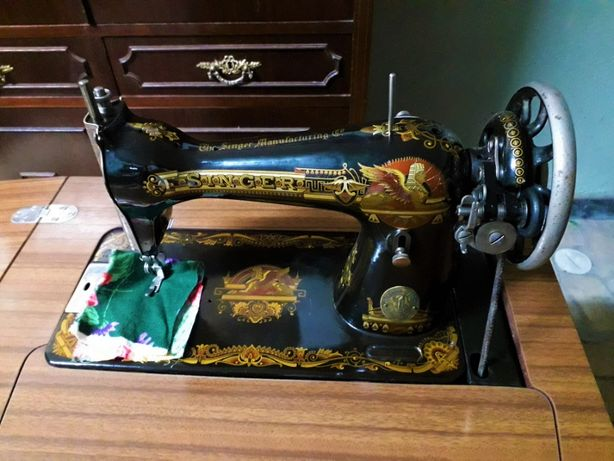 Máquina de Costura Antiga Singer com Móvel