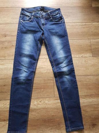 Ciemne spodnie jeansowe z przetarciami r.40