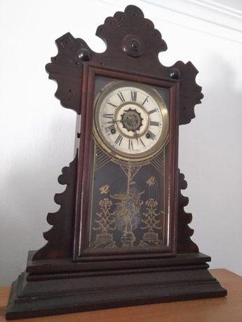 Relógio antigo com pêndulo