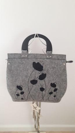 Szara torebka z filcu z czarnymi wyszywanymi kwiatami