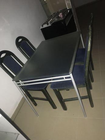 Krzesła i stół w dobrym stanie