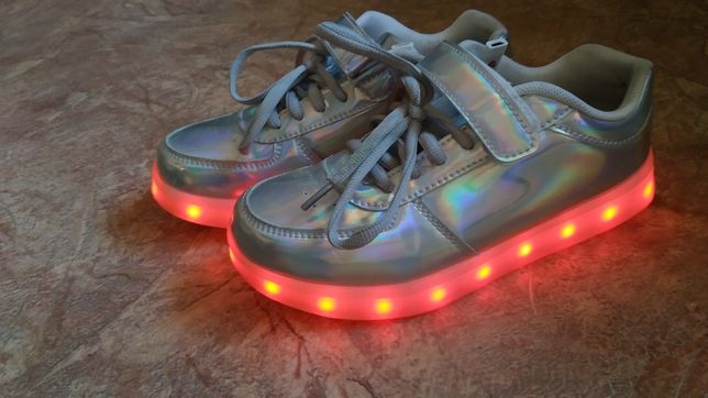 Продам перламутровые кроссовки светящиеся LED , по стельке 21,5 см