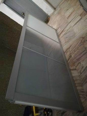 Portas de roupeiro IKEIA em aluminio e vidro fosco, com calhas.