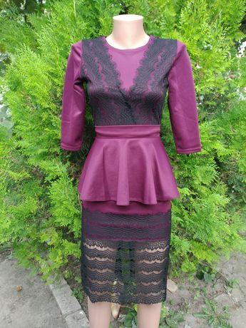 Оригинальное платье с кружевом и баской р.42 и платье цветочный принт