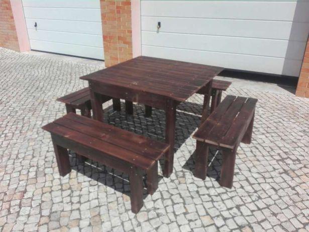 Conjuntos de mesas e bancos corridos.