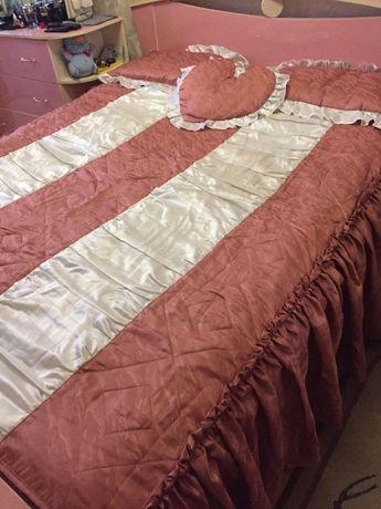 Комплект покрывало на кровать и две подушки, плюс декоративная подушка