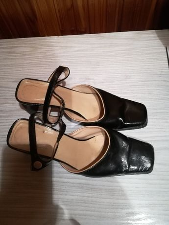 Pantofelki na małym obcasie.