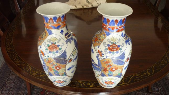 2 - Jarras em Porcelana Oriental, Alt. 33 cm.