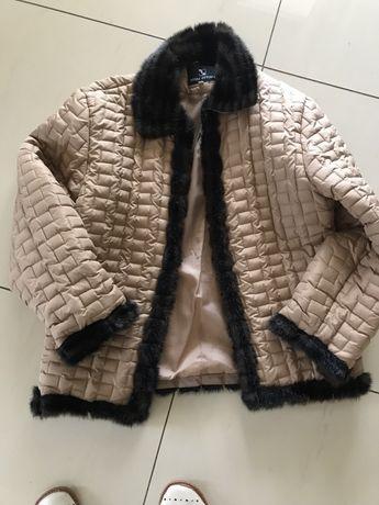 Pikowana kurtka w kolorze miodowym, lekka i wygodna w rozmiarze L