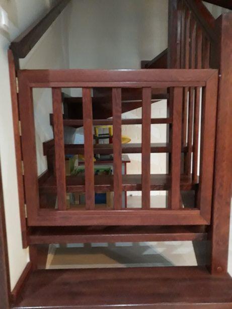 Dębowe barierki ochronne na schody - solidne.