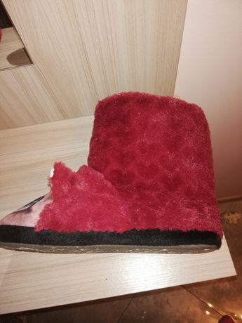 Kapcie czerwone, papucie ciepłe.