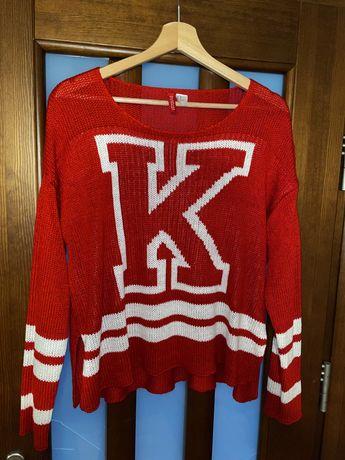 Czerwony sweter z dzianiny