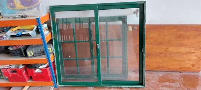 Janela de aluminio verde com vidro simples