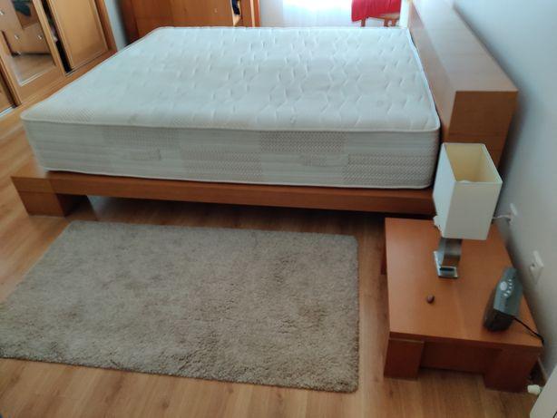 Cama madeira maciça 180x200 com mesas de cabeceira