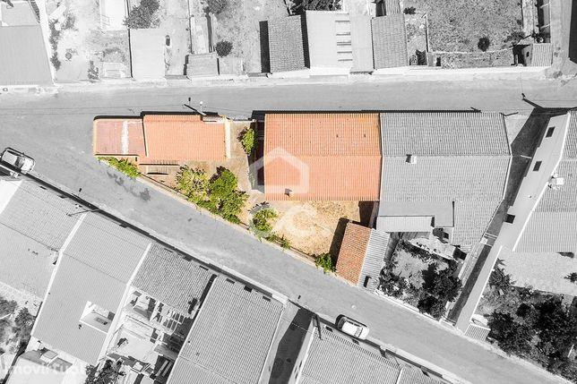 Moradia T2+1 térrea gaveto, com quintal, garagem e terraço | Vila Nova