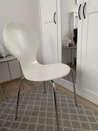 Krzesło białe na srebnych nogach