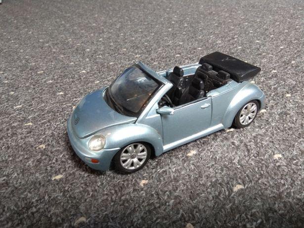 Model samochodu VW New Beetle cabrio firmy Maisto skala 1:25
