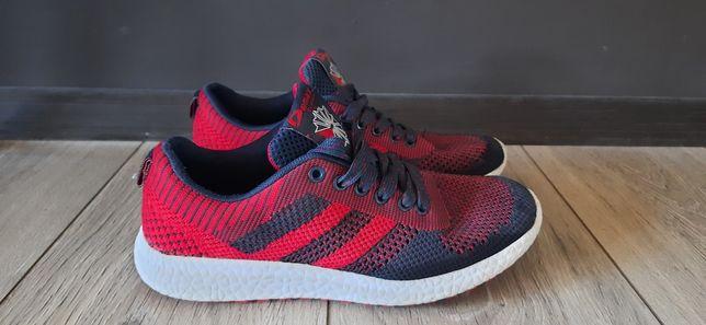 Продам подросткрвые кроссовки.