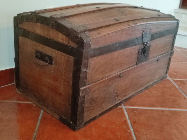 Baú / arca muito antiga