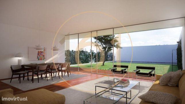 Moradia T3, nova, com piscina, jardim e garagem, no Lumiar, em Lisboa.