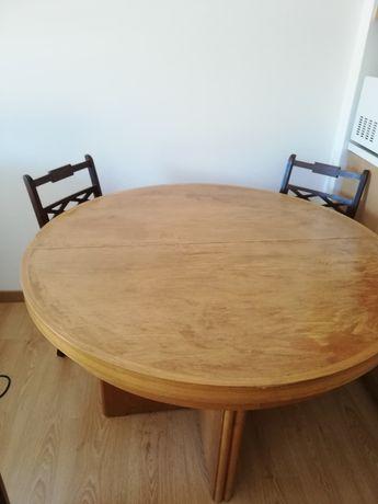 Mesa de madeira extensível.