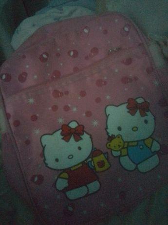 Uma bolsa de menina ainda está nova com pouco uso