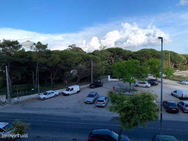 Parqueamento para 1 carro ou mota ou rendimento