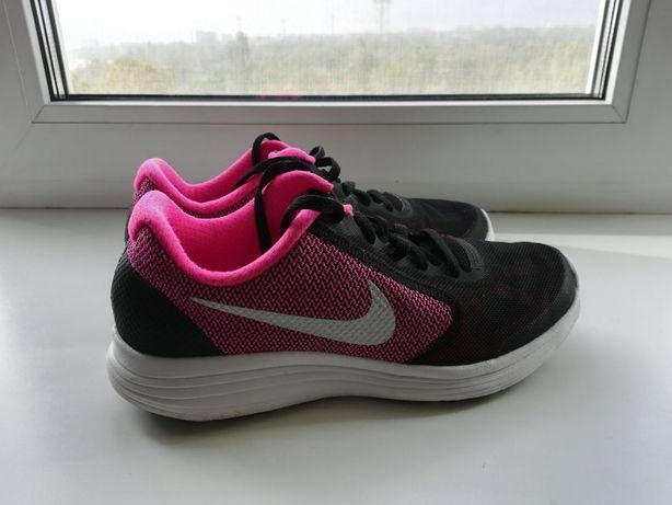 Продам оригинальные б/у кроссовки Nike Revolution 3