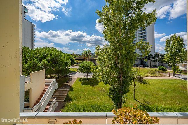 Apartamento T1+1 com varanda em Tróia, num prédio com elevador