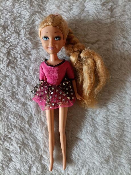 Lalka w różowej sukience
