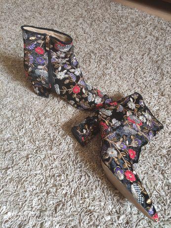 Buty damskie, nowe, haftowane w kwiatki. Rozmiar 40.