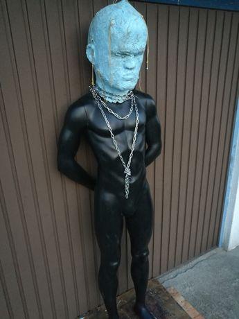 Rzeźba postawnego mężczyzny hybrydy