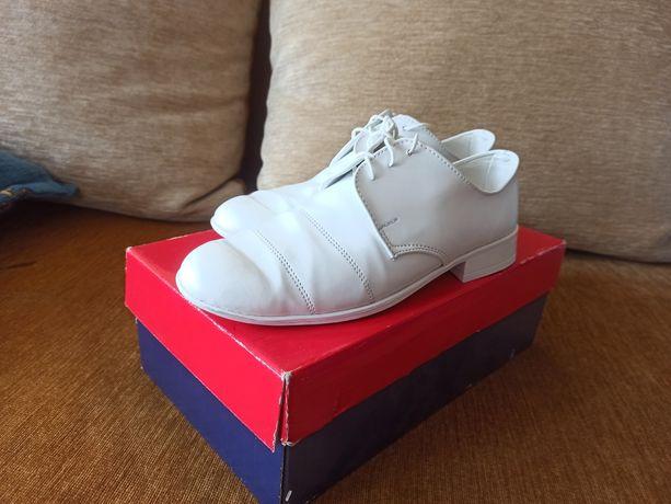 Buty komunijne białe dla chłopca