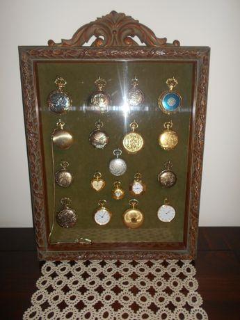 Interessante vitrina antiga com bonita coleção de 18 relógios de bolso