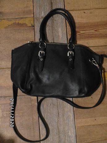Czarna torebka złoty zamek a4