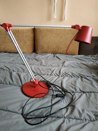 Czerwona lampka na biurko