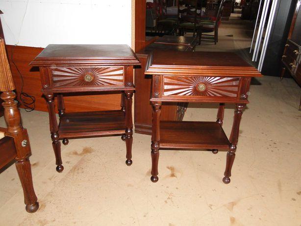 Mesas de cabeceira em madeira trabalhada - Como novas - Valor unitário